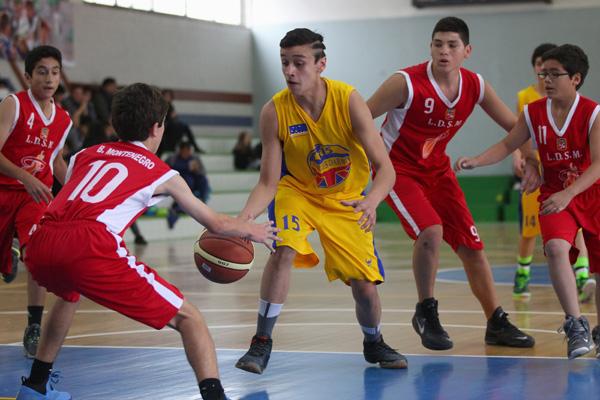 En el gimnasio del Instituto O'higgins, por la fase de grupos del Basquetbol masculino de la Final Nacional de los Juegos Deportivos Escolares, se enfrentaron los equipos de Arica (rojos) y la región de MAgallanes (amarillos). 21/09/2015 Rancagua, Chile  Foto: Max Montecinos/Mindep