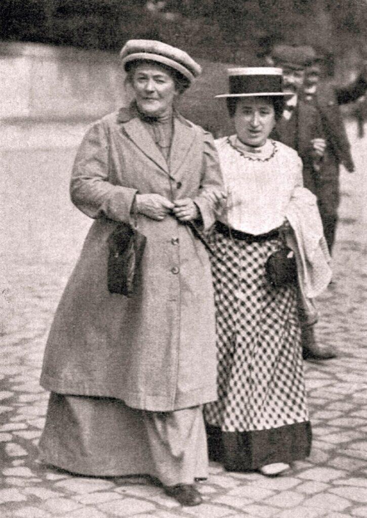 Clara Zetkin a la izquierda y Rosa Luxemburgo a la derecha, ambas de tendencia comunista, fueron pioneras en pedir que se revalorizasen los derechos de las mujeres.